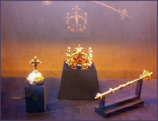 http://commons.wikimedia.org/wiki/file:czech_crown_jewels.
