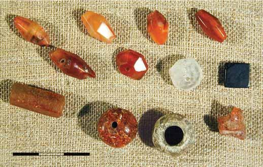 Fig.. Stone necklace from Bilyar excavations LX and LXI: 6 cornelian; 7 crystal; 8, glass; 9, 0, amber (after S. I. Valiulina 005, Fig. 6, I: ). Photo by T. Valiulin. Obr.